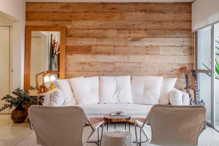 Salas de estar rústicas por Helô Marques Associados