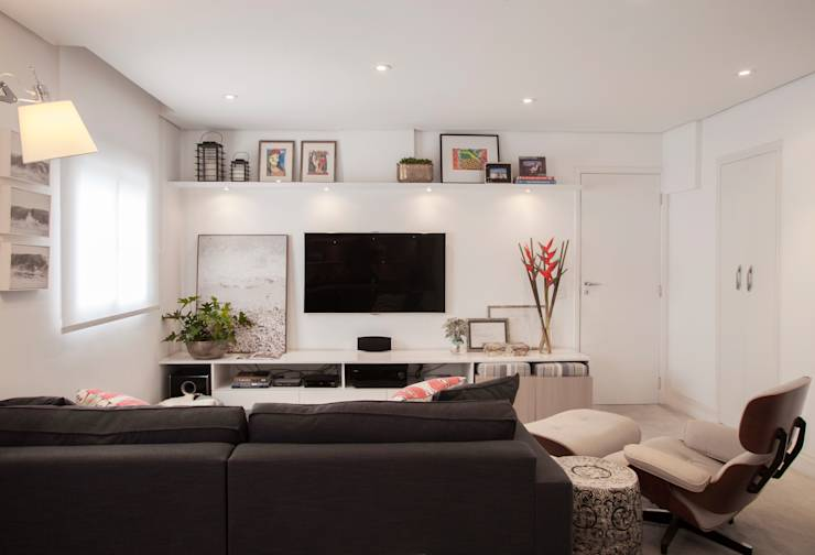 Salas multimedia de estilo moderno por Helô Marques Associados