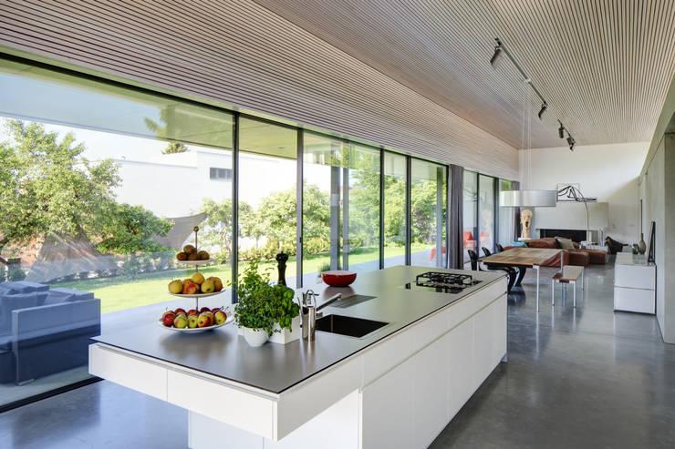 Cocinas de estilo moderno de Schenker Salvi Weber