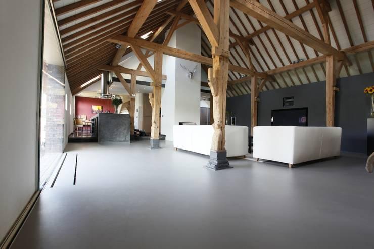 Grijze motion gietvloer in woonboerderij door motion for Binnen interieur