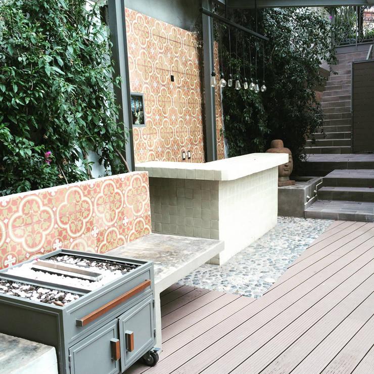 Barra y trolley chimenea: Terrazas de estilo translation missing: mx.style.terrazas.eclectico por Quinto Distrito Arquitectura