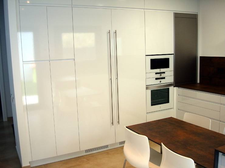 Una cocina de dise o integrada en el sal n de femcuines - Cocinas con frigorifico americano ...