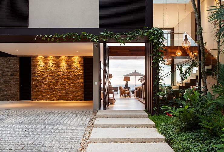 15 ideas sencillas para que la entrada de tu casa se vea - Jardines exteriores de casas modernas ...