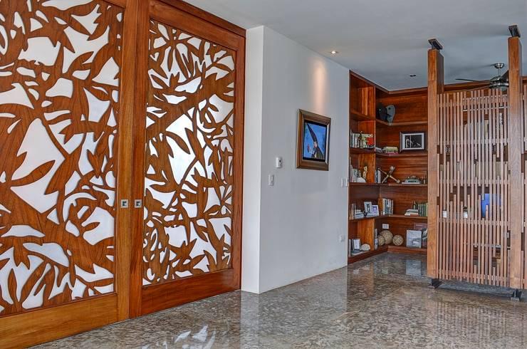 Puertas y ventanas de estilo translation missing: ve.style.puertas-y-ventanas.tropical por Ancona + Ancona Arquitectos
