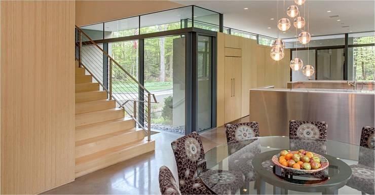 Pasillo, hall y escaleras de estilo translation missing: mx.style.pasillo-hall-y-escaleras.moderno por Specht Architects