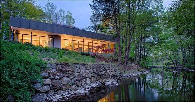 Casas de estilo moderno por Specht Architects