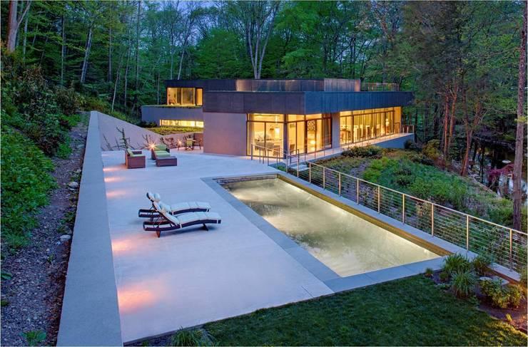 Albercas de estilo moderno por Specht Architects