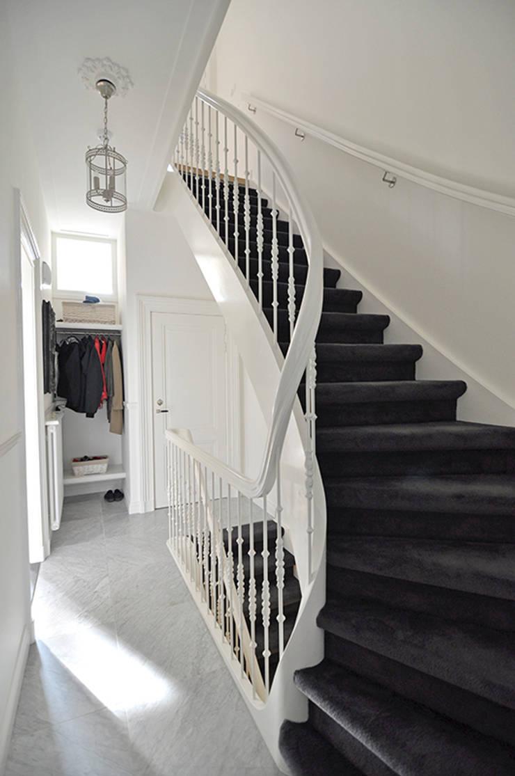 Ingresso, Corridoio & Scale in stile in stile Classico di Lumen ...