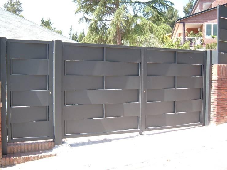 14 portones para una fachada espectacular for Fachadas de garajes modernos