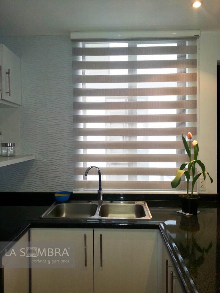 Cocinas de persianas la sombra homify for Ideas para cortinas de cocina