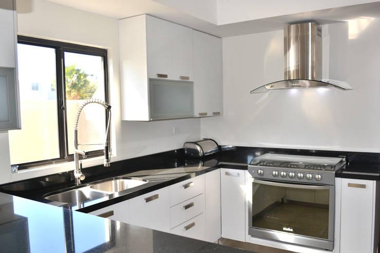 12 fotos de cocinas modernas para que planifiques la tuya - Cocinas en forma de ele ...