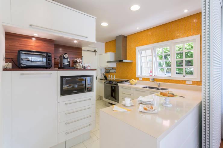 Parete Cucina Colorata : Cucina in stile in stile Moderno di Boutique ...