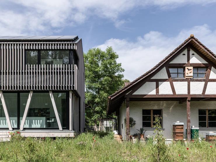 modernes holzhaus im gr nen. Black Bedroom Furniture Sets. Home Design Ideas