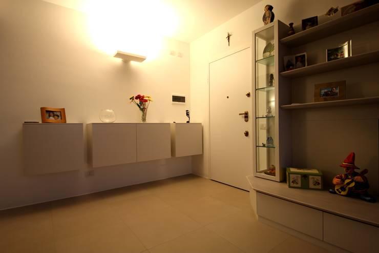 Da un soggiorno con una scala in legno si sale in mansarda - Scala soggiorno ...