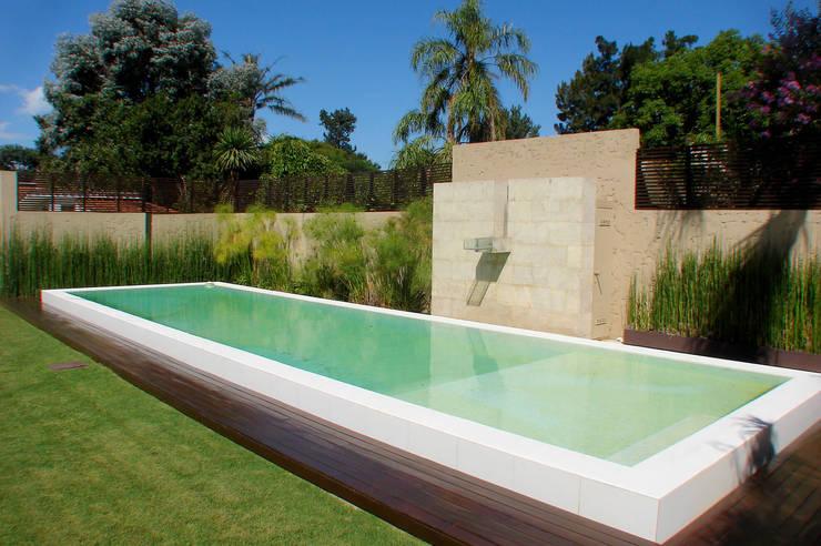 13 dise os de piscinas elevadas para tu jard n for Albercas de plastico para ninos