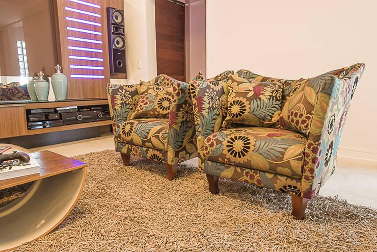 Poltronas do Home: Salas multimídia modernas por Élcio Bianchini Projetos