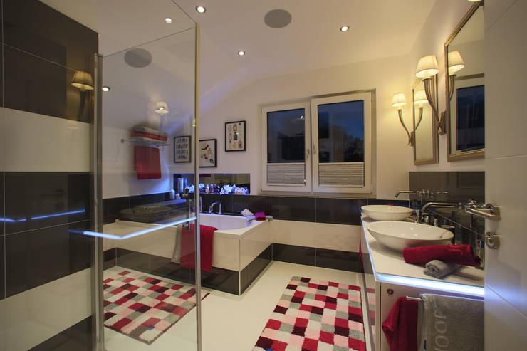 ELK Living 153: moderne Badezimmer von ELK Fertighaus GmbH