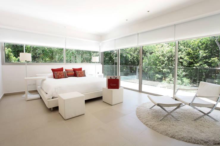 Casa entre Arboles: Recámaras de estilo moderno por Enrique Cabrera Arquitecto
