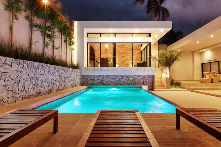 Piscinas de estilo translation missing: cl.style.piscinas.moderno por Juan Luis Fernández Arquitecto