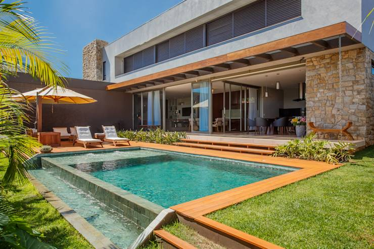 Fachada discreta esconde algo maravilhoso for Casas de campo modernas con piscina