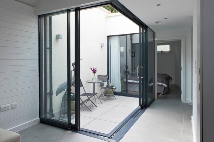 Terrazas de estilo translation missing: ve.style.terrazas.moderno por E2 Architecture + Interiors