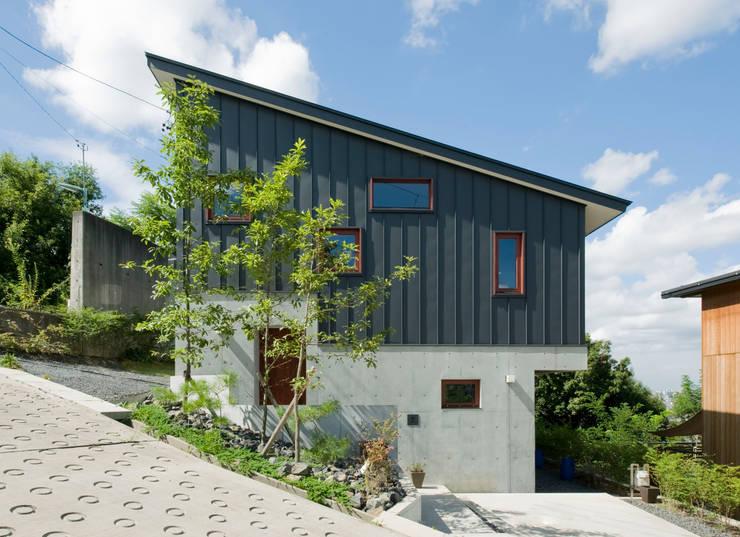 Casas de estilo asiático por アール・アンド・エス設計工房