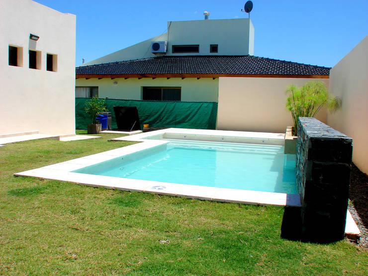 Piscinas familiares de piscinas scualo homify for Estilos de piscinas