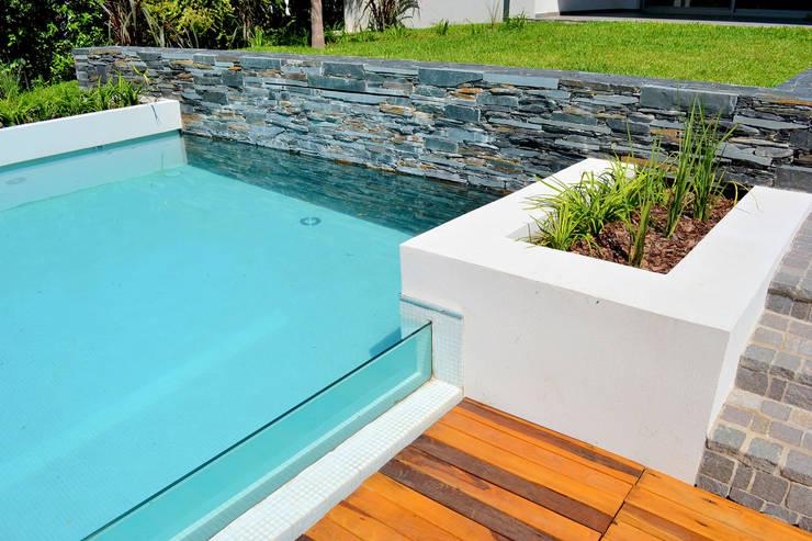 10 piscinas perfeitas para quintais pequenos for Decorar piscina elevada