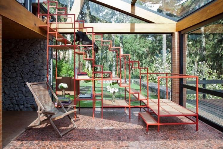 escadas rusticas jardins : escadas rusticas jardins:Detalhe da Escada Interna: Corredores, halls e escadas modernos por