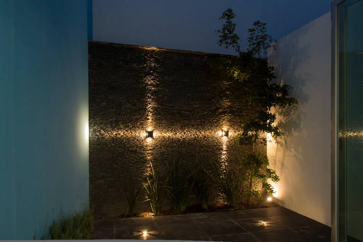 C mo iluminar tu patio 9 consejos brillantes for Muro de separacion terraza