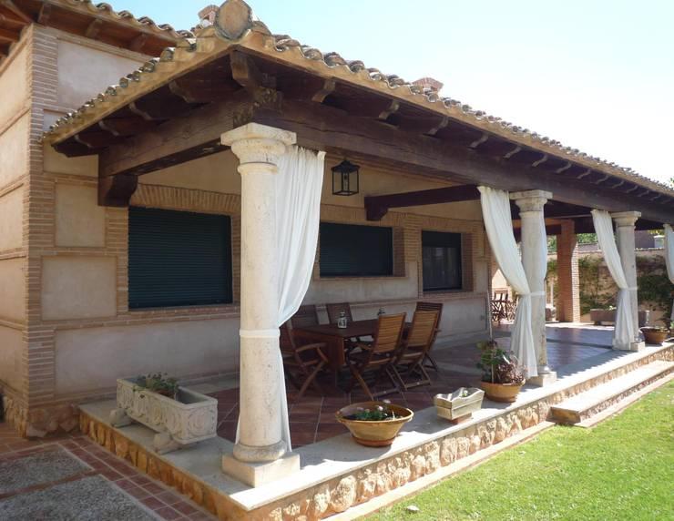 Terrazas  de estilo translation missing: cl.style.terrazas-.rural por CARLOS TRIGO GARCIA