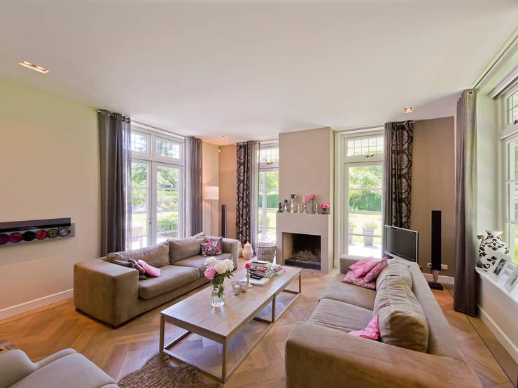 Statige villa met een engelse twist - Eigentijdse woonkamers ...