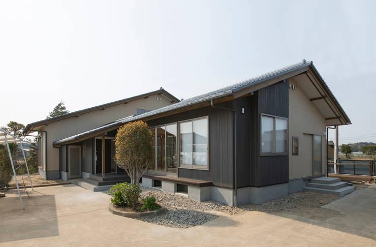 Casas de estilo asiático por 有限会社 宮本建築アトリエ