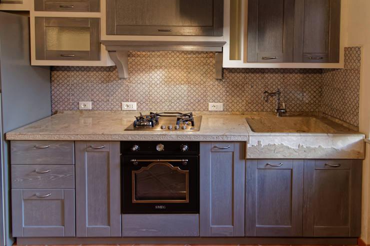 cucina rustica con lavello e piano cucina in pietra by, Disegni interni