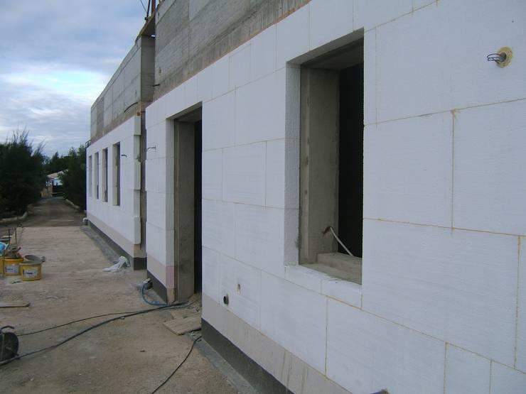 Isolamento Térmico pelo exterior: Habitaçõeshabitações.mediterranico por RenoBuild Algarve. Humidade