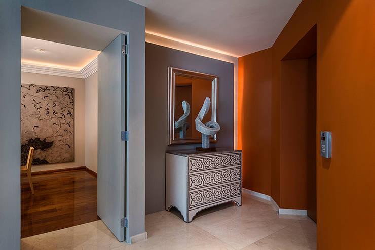 Residencia Toronjos: Pasillo, hall y escaleras de estilo translation missing: mx.style.pasillo-hall-y-escaleras.moderno por Olivia Aldrete Haas