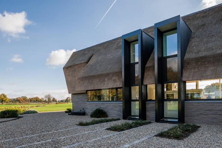 Rietgedekte villa in de velden bij laren for Dat architecten