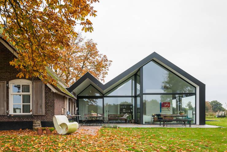 Oude boerderij met moderne uitbreiding in laren for Architecten moderne stijl