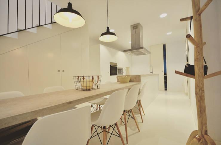 Calidez en blanco para una magn fica casa de dos plantas - Mido decoracion ...