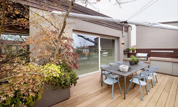Balcones, porches y terrazas de estilo moderno por BRANDO concept