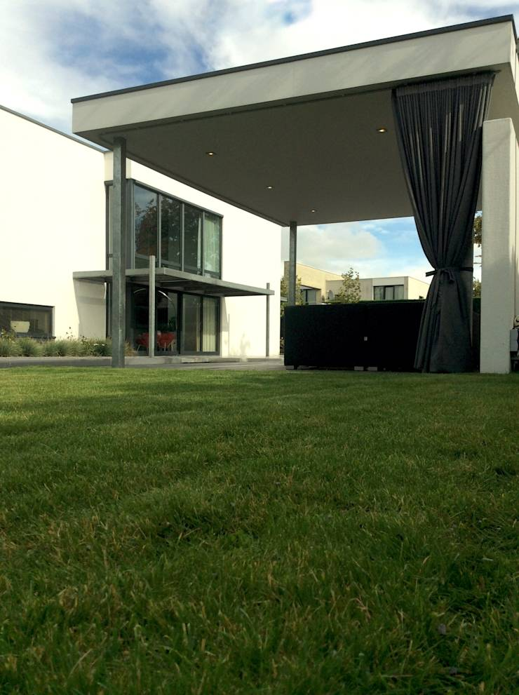 Moderne tuin met vijver en betonplaten door stoop tuinen for Tuinontwerp door studenten
