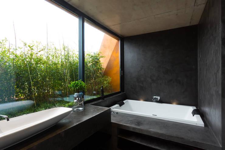 Jardin Vertical Baño:Baños de estilo translation missing: mxstylebañosmoderno por