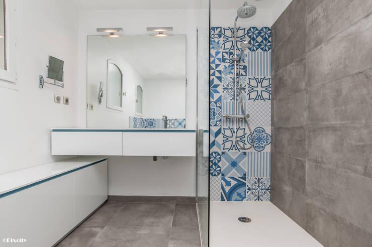 Salle de bains et carreaux ciment bleus par pixcity - Carreaux salle de bain ...