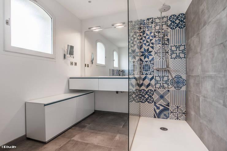 Salle de bains et carreaux ciment bleus par pixcity for Salle de bain carreaux ciment