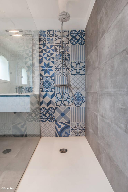 Salle de bains et carreaux ciment bleus par Pixcity ...