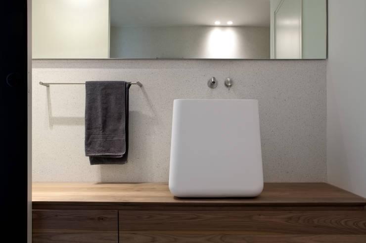 Seifenspender Wand Dusche : rustikale Badezimmer von MIDE architetti