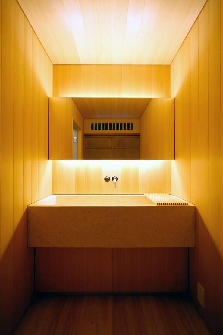 Baños Estilo Asiatico:Baños de estilo asiático de 花屋設計部