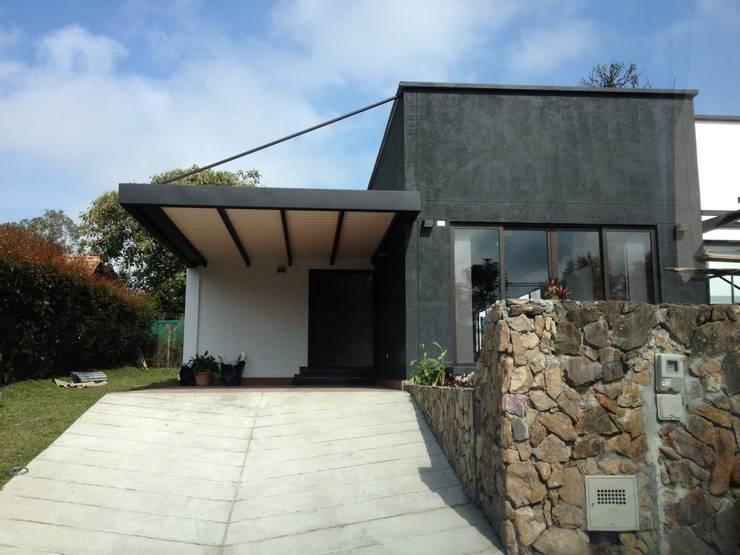 10 fachadas de casas con garaje que te van a encantar for Casas con cobertizos