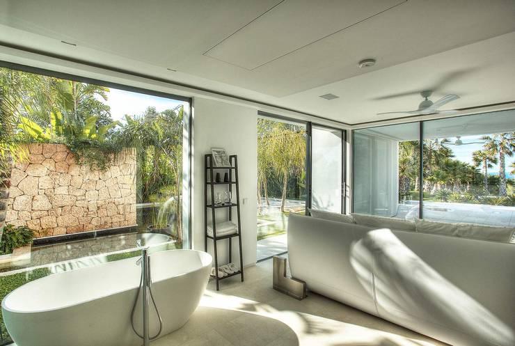Banheiros modernos por MG&AG.ARQUITECTOS