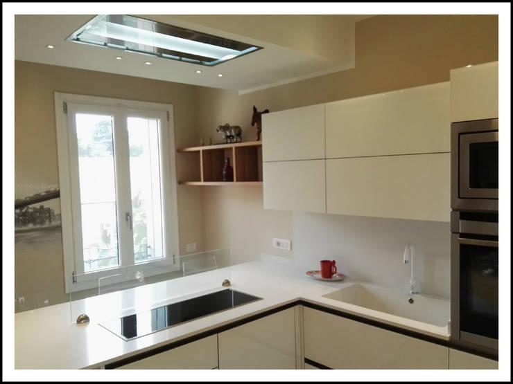 Cucina in vetro laccato bianco di formarredo due homify - Cucina laccato bianco ...